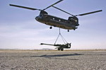 A US CH-47 Chinook lifts an M777 gun at Kandahar Airfield, Afghanistan, on 24 April 2006. (Master Corporal Doug Desrochers)